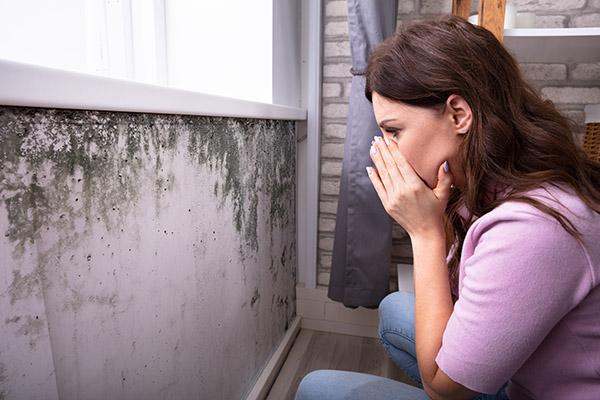 Geschokte Vrouw Die Vorm Op Muur Bekijkt